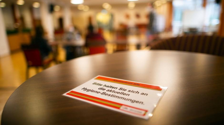 Ein Zettel auf einem Tisch in einem Seniorenheim in Nordrhein-Westfalen, 1. Februar 2021.