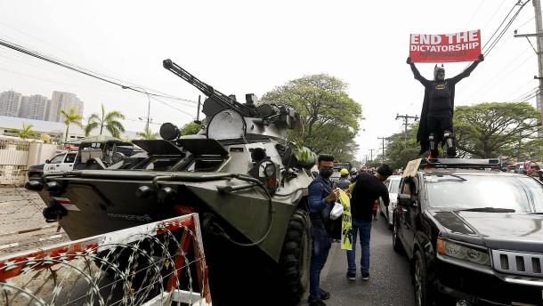 Gepanzerte Fahrzeuge patrouillieren die Straßen
