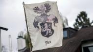 """Eine Flagge mit der Aufschrift """"Plan"""". Zu Sehen auf dem Grundstück des sogenannten Reichsbürgers, der bei einer Razzia in Georgensgmünd einen SEK-Beamten erschossen hat."""