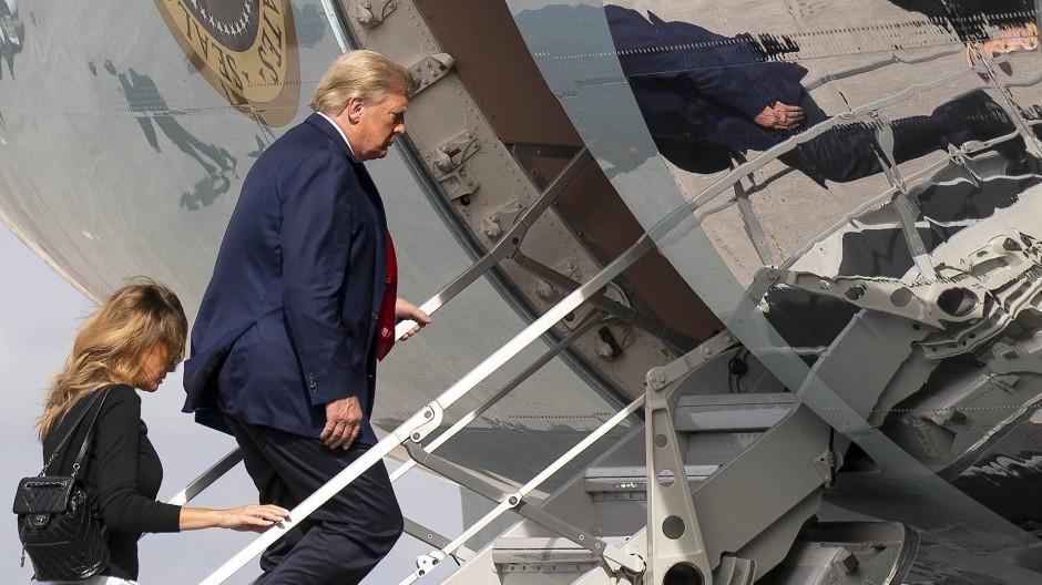 Trump und seine Frau Melania am Silvestertag am Flughafen West Palm Beach