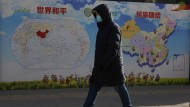 """Eine Landkarte in Peking zeigt die verschiedenen ethnischen Gruppen des Landes - unter dem Slogan """"Ethnische Einheit""""."""