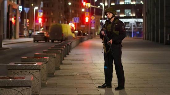 Mann schießt mit Sturmgewehr um sich