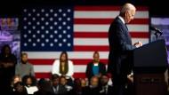 Präsident Biden betet bei der Gedenkfeier für die Opfer des Tulsa-Massakers.