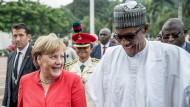 Bundeskanzlerin Angela Merkel (CDU) geht neben Muhammadu Buhari, Präsident der Bundesrepublik Nigeria, nach der Begrüßung. Hier verstehen sie sich gut – doch wie stehen sie beim Thema Migration zueinander?