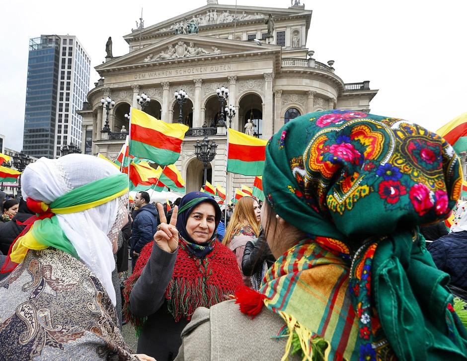 Kurdische Frauen vor der Alten Oper in Frankfurt am Main