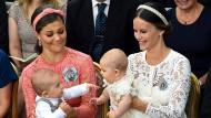 Die Öffentlichkeit schaut zu, also musste die Taufe des kleinen Prinz Alexander vorgeprobt werden. Wer weiß, wie das erst mit Beerdigungen aussieht?