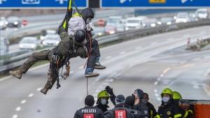 """""""Abseilen über der Autobahn ist eine schwere Straftat"""""""