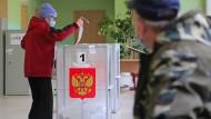 Eine ältere Frau gibt ihre Stimme für die Duma-Wahl ab am Sonntag in Moskau.