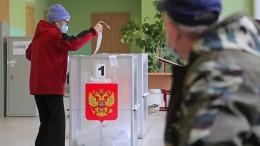 Stapelweise in Urnen gestopfte Stimmzettel