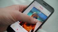 Mit einem Wisch zum perfekten Partner: Die App Tinder verspricht das große Liebesglück.