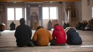 Muslime beten in der Moschee des Islamischen Vereins Hanau