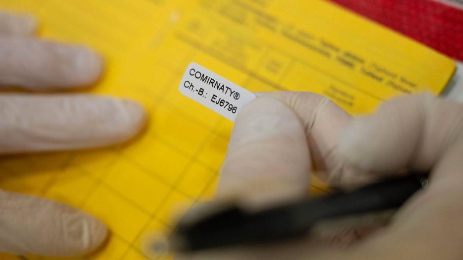 Höchst gefährlich: Wer gefälschte Impfnachweise kauft, macht sich strafbar.