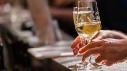 Französische Winzer verwandeln Wein in Desinfektionsmittel