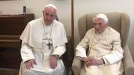 Zwei Männer in Weiß: Der amtierende Papst gratuliert dem emeritierten Papst am Montag zu dessen 92. Geburtstag.
