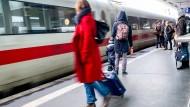 Nicht nur viele Fahrgäste haben an der Deutschen Bahn etwas auszusetzen, auch die Politik macht Druck.