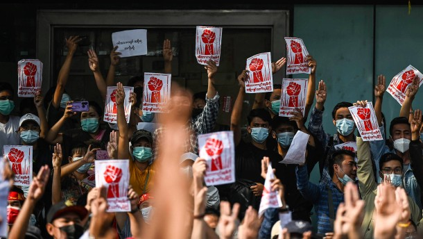 Tausende gehen den zweiten Tag in Folge in Yangon auf die Straße