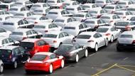 Nach Frankreich oder nach Amerika? Autos warten auf ihren Transport.