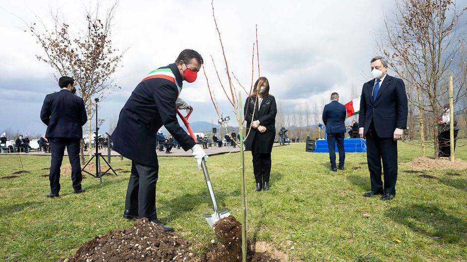 Italiens Premierminister Mario Draghi nimmt vergangenen März in Bergamo an Feierlichkeiten zum nationalen Gedenktag für die Corona-Opfer teil, bei der Bäume für einen Gedenkwald gepflanzt werden.