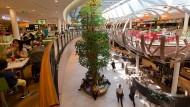 """Nahrhaft: Der """"Foodcourt"""" im """"Skyline Plaza"""" nahe der Messe gehört zu den wenigen Flächen des Einkaufszentrums, auf denen ordentlich Umsatz gemacht wird."""