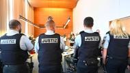 Ein langwieriger Prozess: Justizbeamte stehen im August am letzten Verhandlungstag vor der Sommerpause im Gerichtssaal des Landgerichts in Freiburg.