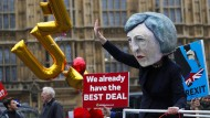 EU-Befürworter demonstrieren mit Theresa-May-Maske vor der Abstimmung in London.