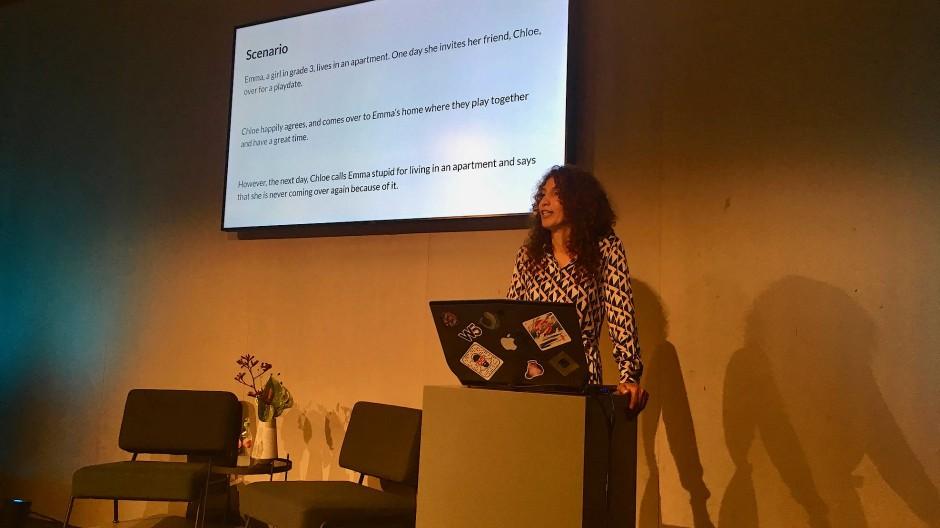 Ainnat Lifshitz, Familiencoach und Mutter zweier Wunderkinder, während ihres Vortrags über Erziehung im 21. Jahrhundert