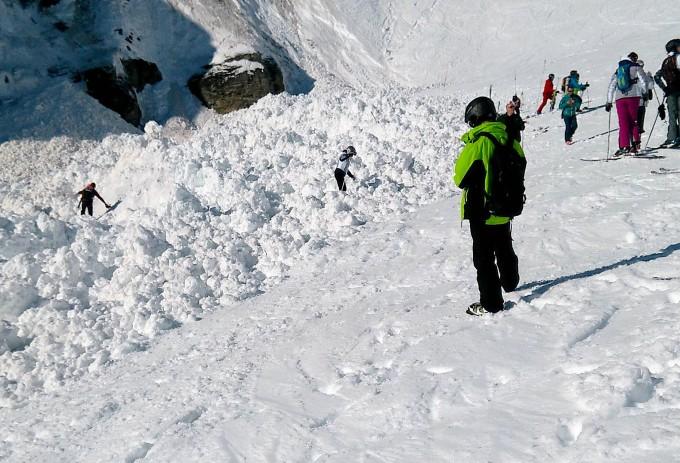 Nach dem Abgang einer Lawine im Schweizer Skiort Crans-Montana suchen Helfer nach Verschütteten.