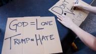 Protestschilder einer religiösen Gruppe, die Ende Juni in New York gegen Donald Trump demonstrierte.