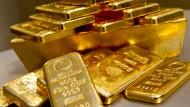 Edles Metall: Goldbarren in unterschiedlicher Größe liegen bei einem Goldhändler in einem Tresor.