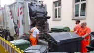 Viel Müll heißt viel zu tun für die Müllmänner.