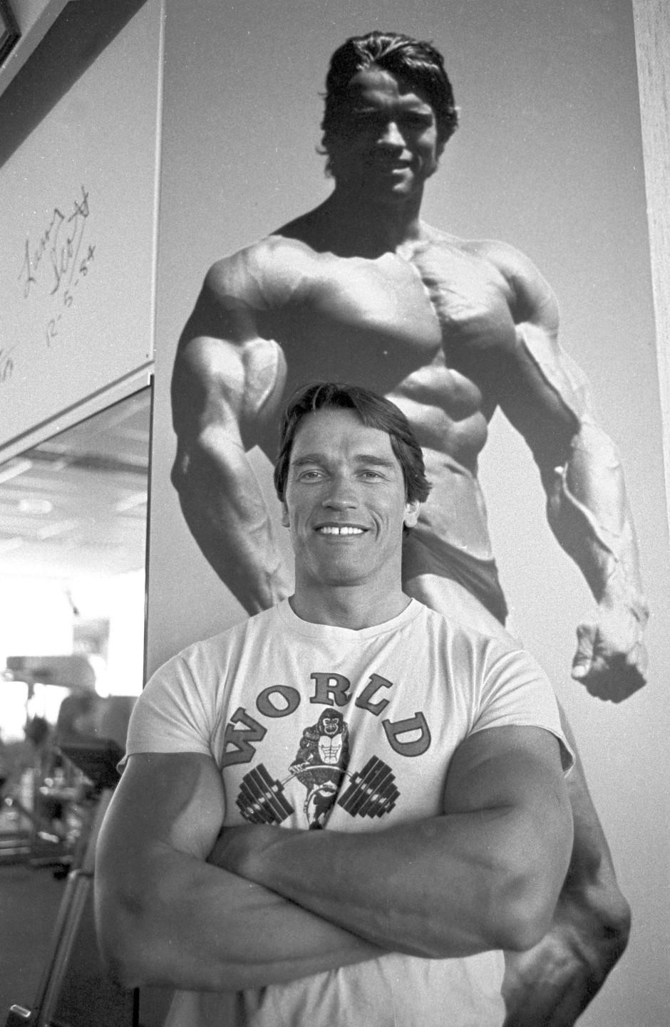 Doppelter Arnie: Schwarzenegger 1985 in München vor einem Poster, das ihn als Bodybuilder zeigt