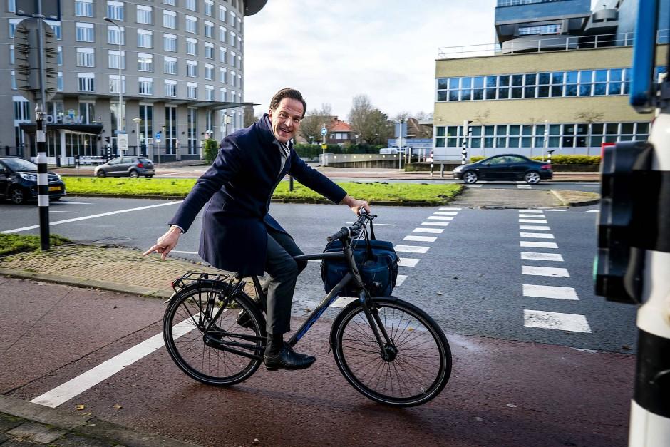 Der niederländische Ministerpräsident Mark Rutte auf seinem Fahrrad auf dem Weg zu einem Termin in Den Haag im Dezember 2020
