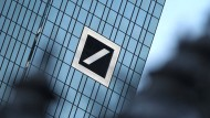 Spekulationsobjekt: Die Aktie der Deutschen Bank hat schwere Verluste hinnehmen müssen.
