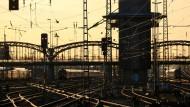 Die Hackerbrücke in München. Im Vordergrund das Gleisvorfeld des Münchener Hauptbahnhofs.