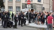 Schon am Samstag war es bei Demonstrationen von linken und rechten Gruppierungen auf dem Kornmarkt in Bautzen zu Spannungen gekommen.
