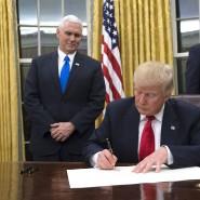 Donald Trump bei seiner ersten Amtshandlung im Oval Office