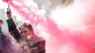"""Wenn die Mistgabel weggelegt ist, greift der """"Forcono"""" schon mal auch zur Rauchbombe, bis Rom im Nebel liegt: Mitglied der neuen italienischen Protestbewegung"""