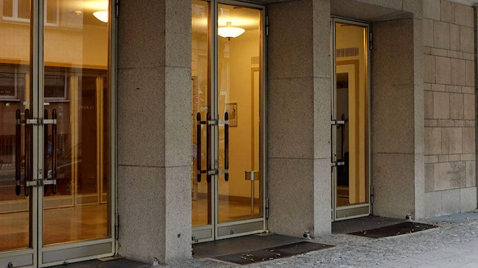 Wie lange werden sich diese Türen noch öffnen? Das von Paul Bonatz aus den Trümmern des Zweiten Weltkriegs wiedererrichtete Düsseldorfer Opernhaus an der Heinrich-Heine-Allee.