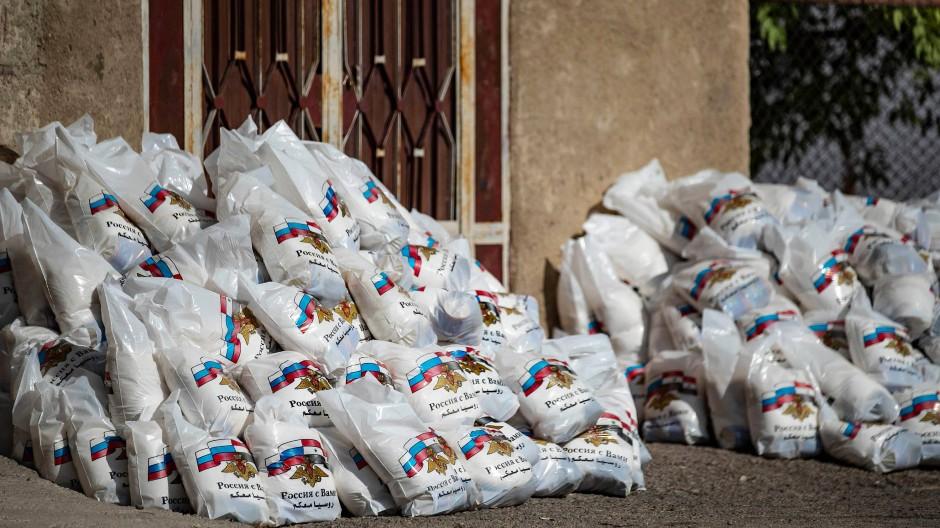 Russische Hilfsgüter, die von Bewohnern des Orts Dairuna Agha im Norden Syriens aus Verärgerung zurückgewiesen wurden.