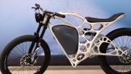 Auf einem gedruckten Motorrad unterwegs