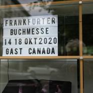 Das Schild im Fenster des Börsenvereins verspricht: Auch im Corona-Jahr findet die Buchmesse statt. Aber wie?