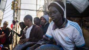 Fischerboot mit Migranten darf nicht anlegen