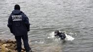 Polizisten suchen im Dezember 2015 am Neckarufer bei Mannheim. Spaziergänger hatten zuvor eine Blutlache und eine blutverschmierte Mütze gefunden. Tage später wurde eine Leiche entdeckt.