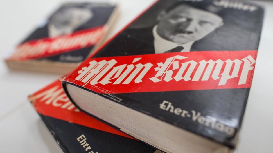 """In dieser Ausgabe wird es nicht in die Schulen kommen: Alte Bände von Hitlers """"Mein Kampf"""""""