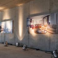 Der Innenarchitekt zeigt an der Wand schon einmal, wie es hier bald aussehen könnte.