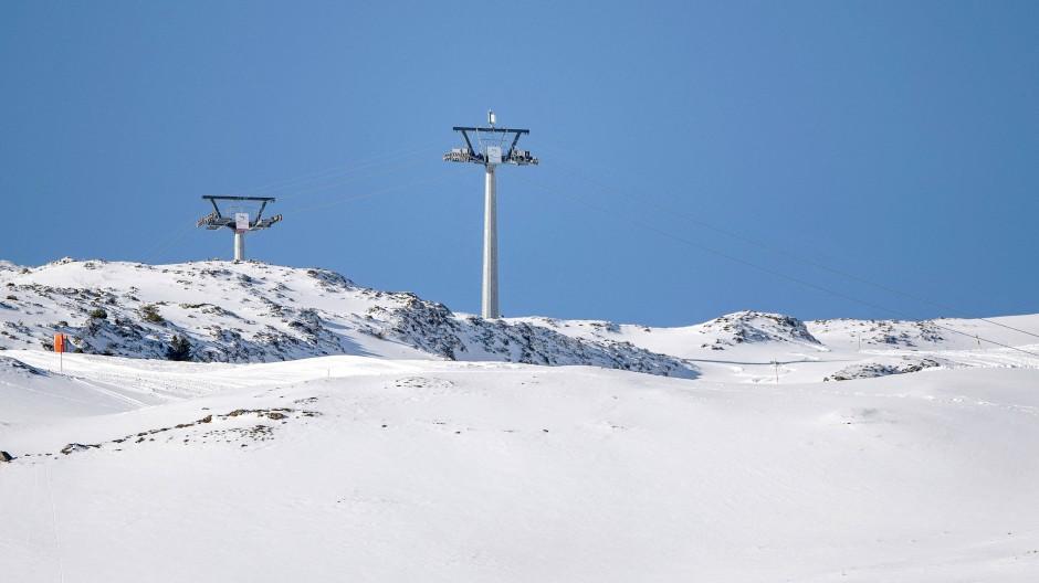 Die Sesselbahn Fronalpstock: Beim Absturz eines Sessels des Sessellifts sind in der Schweiz vier Menschen teils lebensgefährlich verletzt worden.