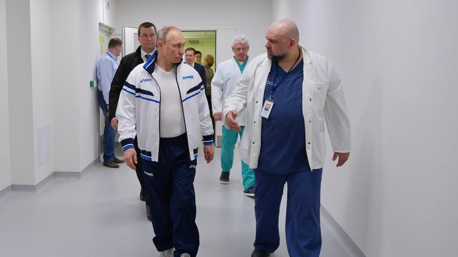 Rundgang mit dem Klinikchef: Wladimir Putin am Dienstag in Kommunarka am Rande von Moskau