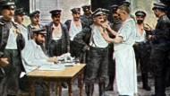 Die colorierte Fotografie aus der deutschen Propaganda zeigt deutsche Soldaten , die hinter der Front eine Schutzimpfung erhalten.