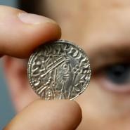 Eine der fast 1000 Jahre alten Münzen, die im Januar von Hobby-Schatzsuchern im westenglischen Somerset gefunden wurden.