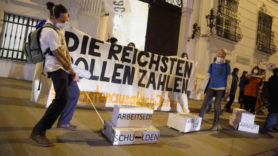 Aktivisten und Aktivistinnen von Attac bei einer Demonstration im Februar in Wien